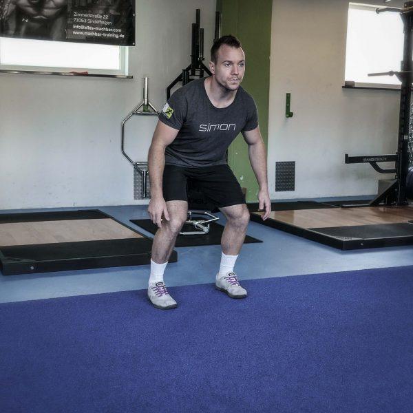 Aus dieser athletischen Grundstellung heraus kannst Du in jede Richtung reagieren. Du stehst stabil, hast Körperspannung und kannst Aktionen direkt ausführen.