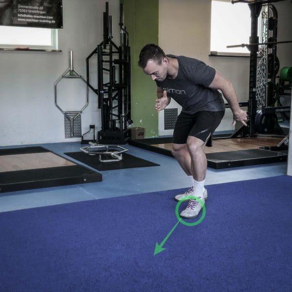 Im Bild erkennst Du den eingezeichneten Point Step, welcher unterhalb des KSPs (Körperschwerpunkts) gesetzt werden sollte! Das garantiert Halt und hilft dem Athleten dabei, sich möglichst stark abzudrücken.